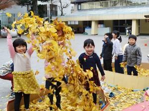 秋…落ち葉で遊ぶ子どもたち(年中)