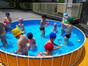 夏…屋上のプール、子どもたちはプールが大好き!