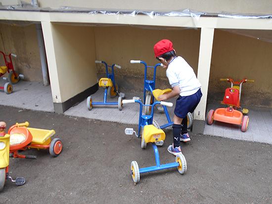 副園長先生手作りの三輪車置き場。自分で出して自分で片付けることができます
