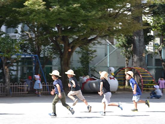 広い園庭。走る子どもたち!