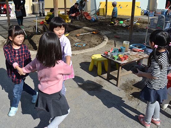 仲良しと一緒に踊りだした子どもたち。 年中組はお友達との繋がりが深まります(年中)