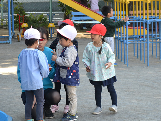 子どもたちの小さなトラブル。 先生は丁寧にそれぞれの話を聞きます(年少)