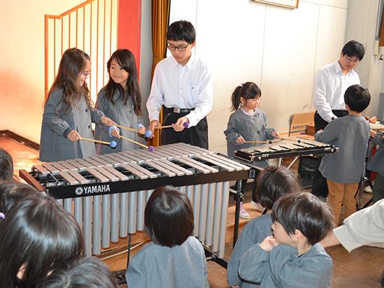 演奏の後、楽器に触れあう子どもたち。本郷学園のお兄さんはとっても優しいです