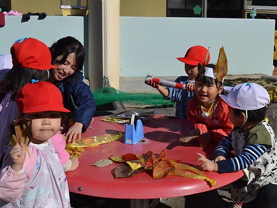 落ち葉で作る楽しいひだまり。 先生の周りに子どもたちが集まります(年少