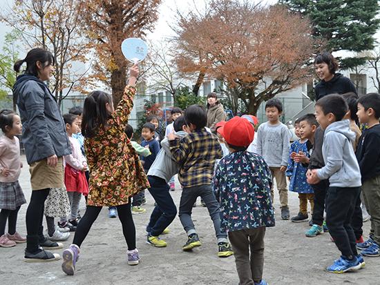 学年を超えて園庭でお相撲。 子どもたちの遊びを優しく見守る先生。行司をする子も!