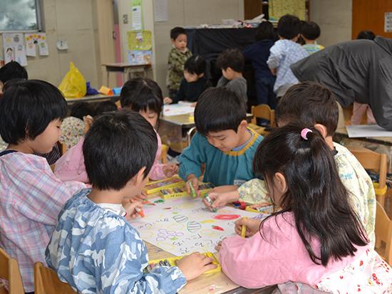 先生のお話を聞いてクラス全員で取り組む活動(グループ表作り)(年長)